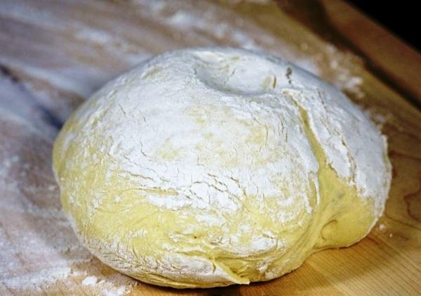 Разрезаем тесто для рыбного пирога пополам