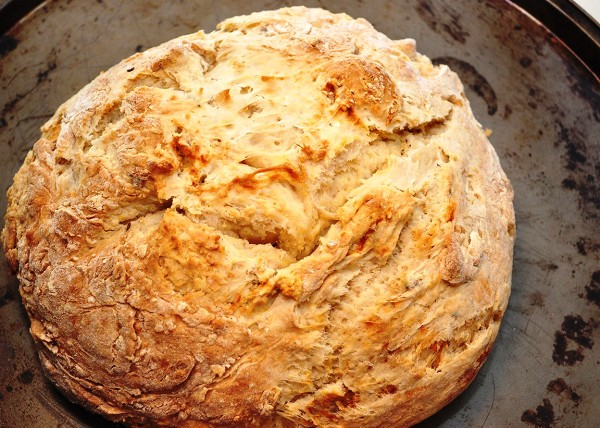 Проверяем бездрожжевой хлеб на готовность