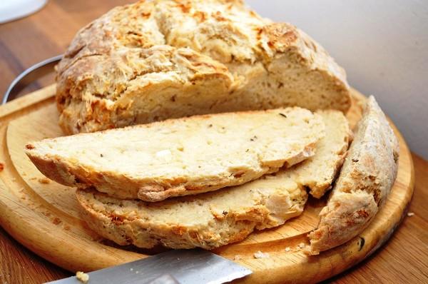 Проверяем содовый хлеб на готовность