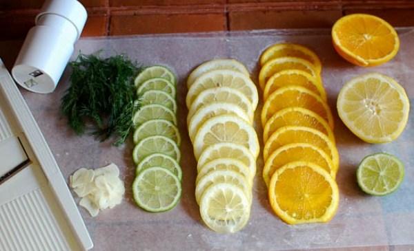 Нарезаем цитрусовые и зелень