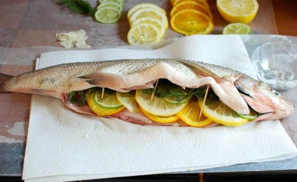Наполняем рыбу цитрусовыми