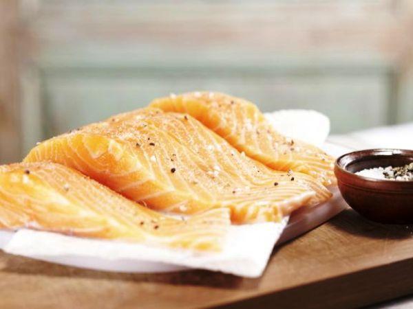 Моем, солим и перчим филе лосося