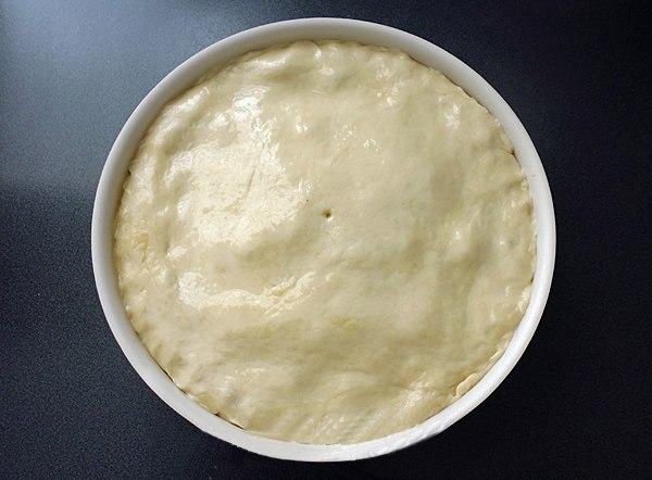 Накрываем пирог тестои и протыкаем ножом