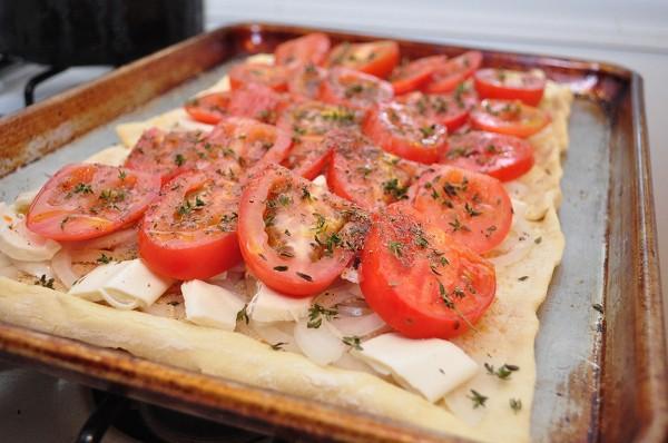 Посыпаем помидоры специями, солью и сахаром
