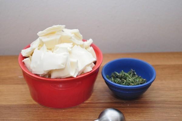 Добавляем сыр и специи