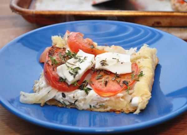 Пицца из слоеного теста в духовке с моцареллой и помидорами