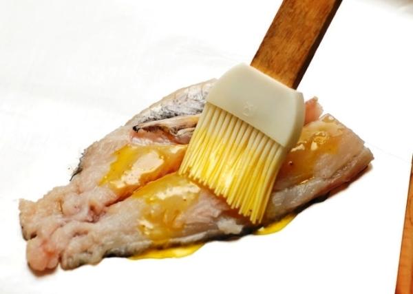 Смазываем рыбу маслом