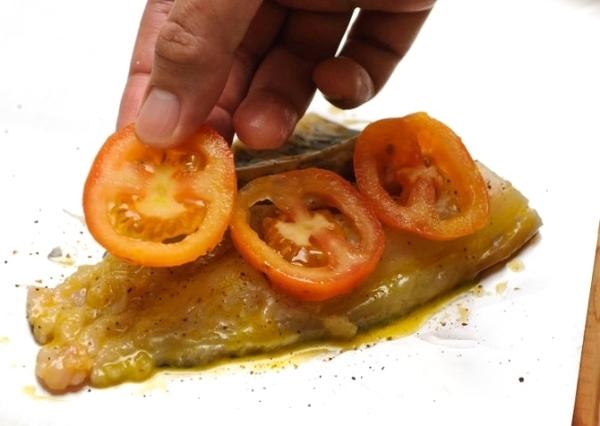 Выкладываем помидоры на рыбное филе