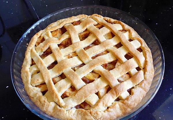 Выпекайте яблочный пирог в духовке