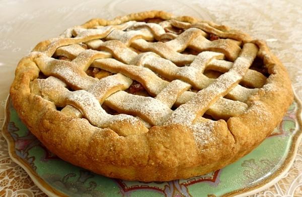 Переложите яблочный пирог на тарелку