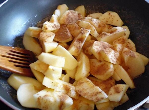 Посыпать яблоки корицей