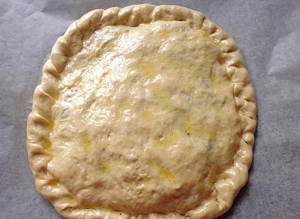 Накрываем пиццу верхним слоем теста