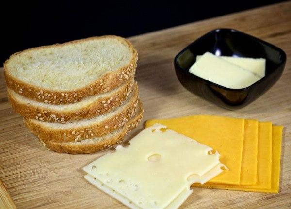 Нарезаем хлеб и сыр тонкими ломтиками