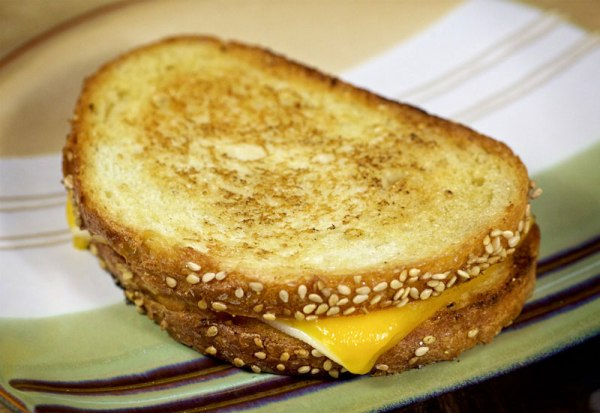 Подаем бутерброд с сыром к кофе