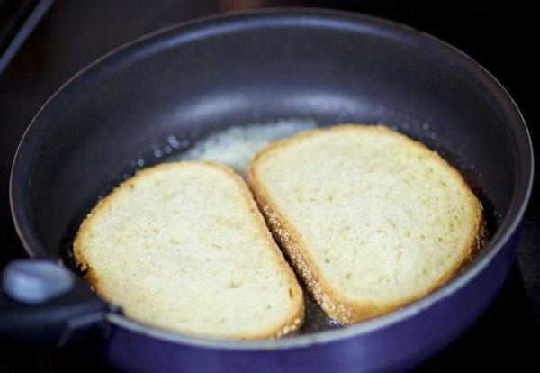 Обжариваем хлеб с одной стороны