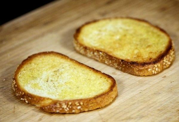 Выкладываем хлеб на доску