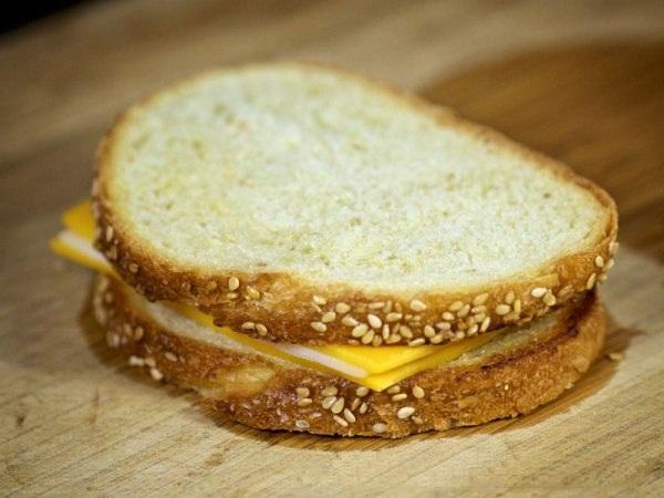 Складываем вместе кусочки хлеба