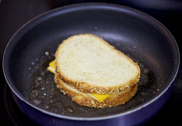 Выложите бутерброд с сыром на сковороду