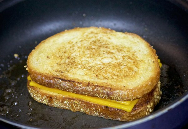Обжариваем бутерброд с двух сторон