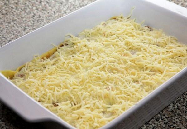 Посыпаем лазанью сыром