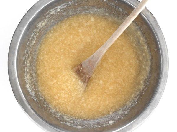 Смешать сахар с яблочным соусом