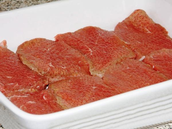 Выкладываем мясо в противень