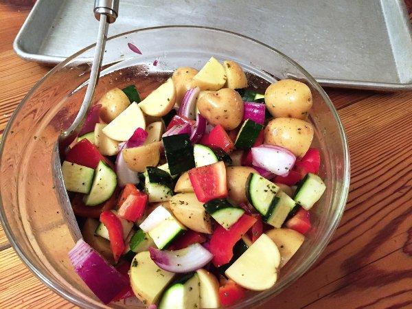 Смешиваем овощи с маринадом