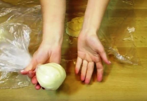 Поделить тесто из каждой миски на три части