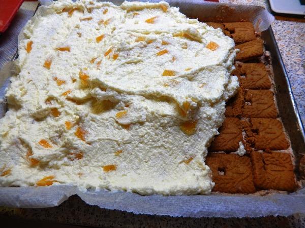 На бисквит выкладываем слои пудинга