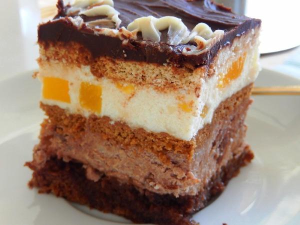 Нарезаем пирог на отдельные бисквитные пирожные