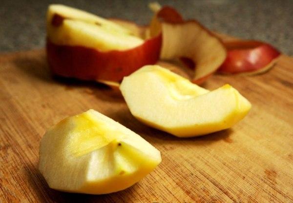 Яблоко нарезаем мелкими кусочками