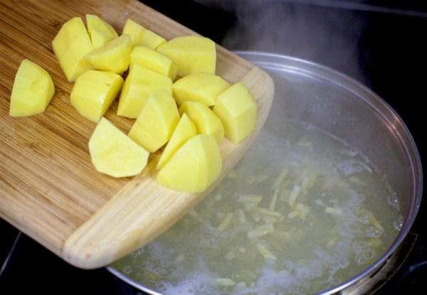 Бросаем в суп картошку