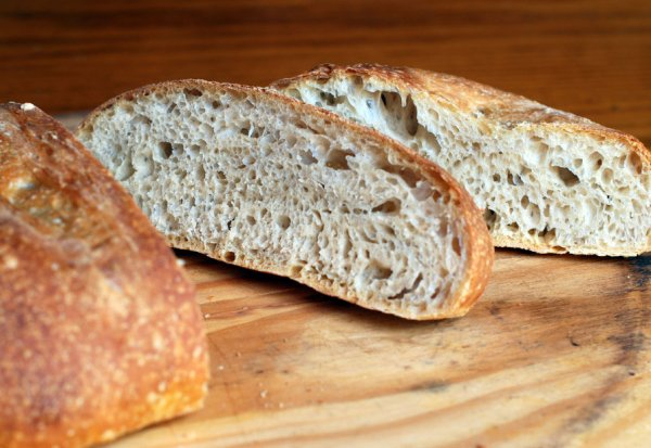 Нарезать и подавать домашний хлеб