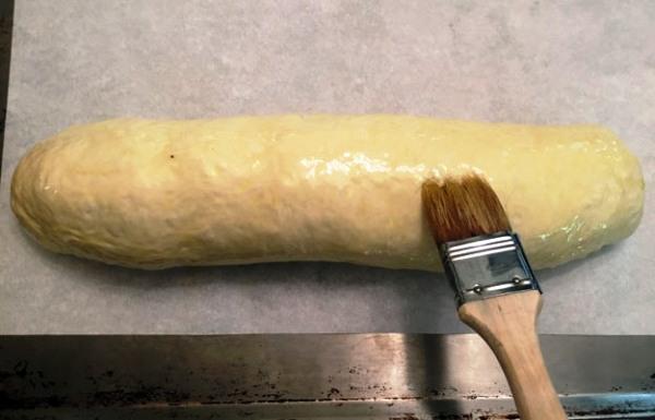 Смазываем рулет маслом и помещаем в духовку