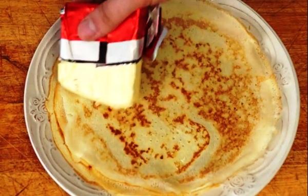 Готовые блины смазываем маслом