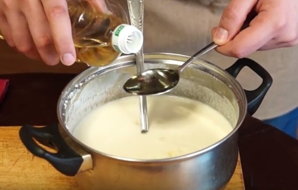 Добавляем масло в тесто для блинчиков на молоке
