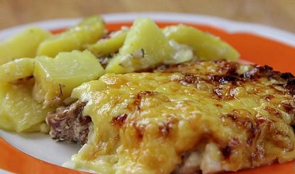 Подаем мясо по французски с картошкой и грибами на стол