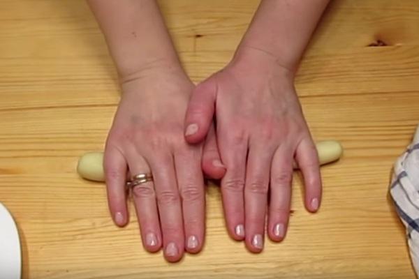 Раскатываем шарики из теста в колбаски