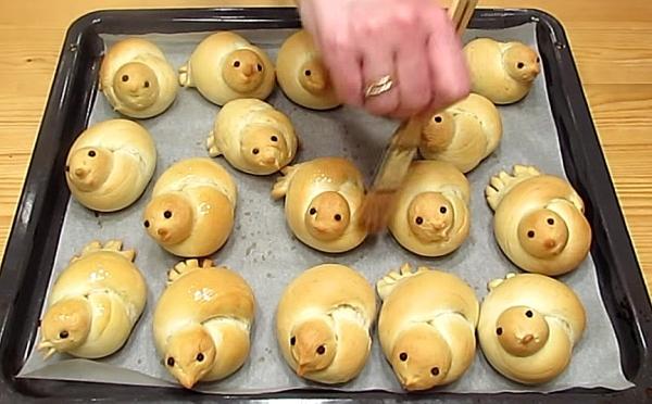 Готовые булочки смазываем маслом