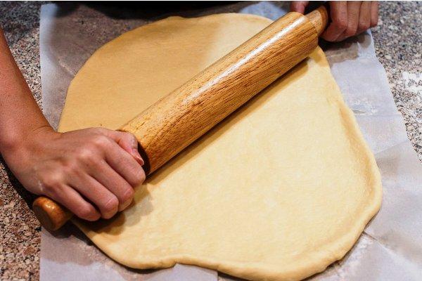Готовим дрожжевое тесто и раскатываем его в пласт