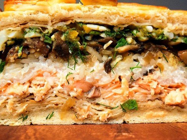 Едим кулебяку с лососем и рисом с удовольствием