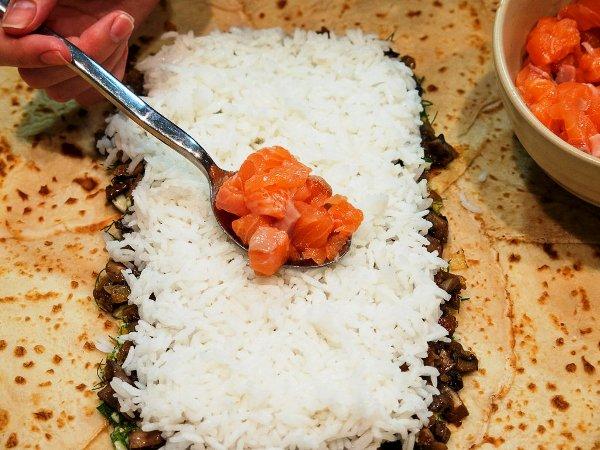 Четвертый слой начинки для кулебяки - кусочки лосося