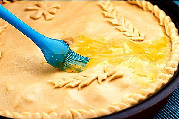 Смазываем пирог яйцом
