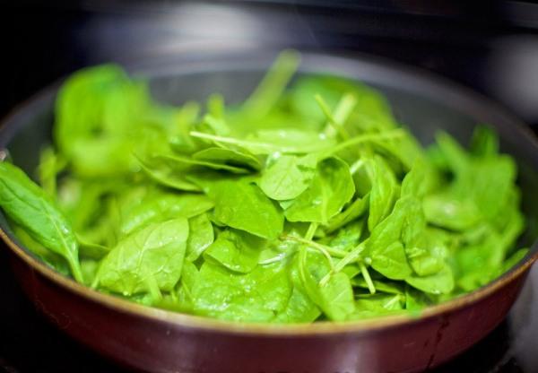 Добавляем к луку шпинат