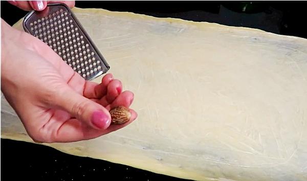 Посыпаем тесто мускатным орехом