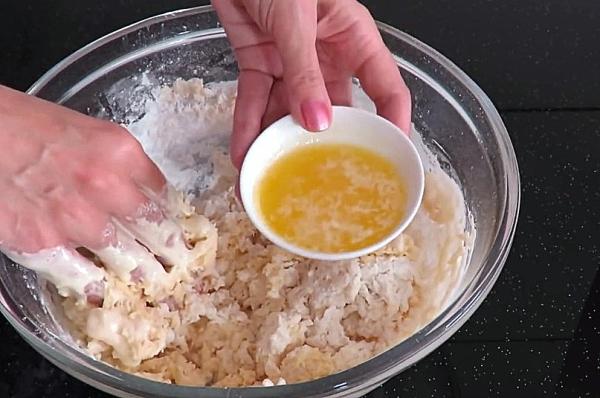 Добавляем в тесто растопленное масло