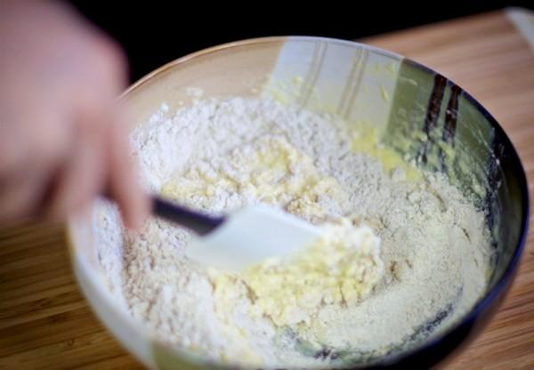 Перемешиваем тесто лопаткой
