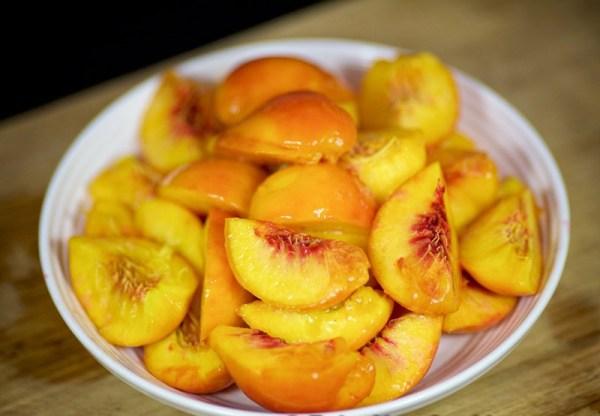 Нарезаем персики кусочками
