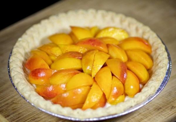 Уложить персики в тарелку