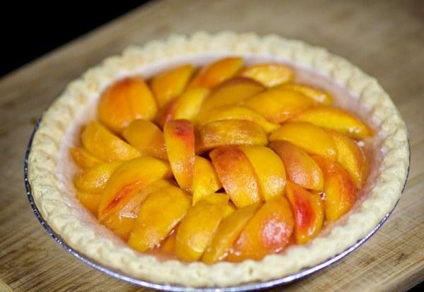 Ставим пирог с персиками в холодильник